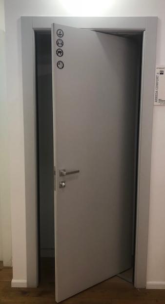 דלת מתקפלת עם יכולת פתיחה דו כיוונית היכולה להפתח פנימה או החוצה הבנויה עם ציר מרכזי, מאפשרת פתיחה מירבית עם בליטה פנימה של עד חצי מגודל הכנף, פנימה או החוצה. מתאימה לפתח עד 110 ס
