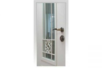דלת כניסה מעוצבת בסגנון נפחות עם סורג חיצוני